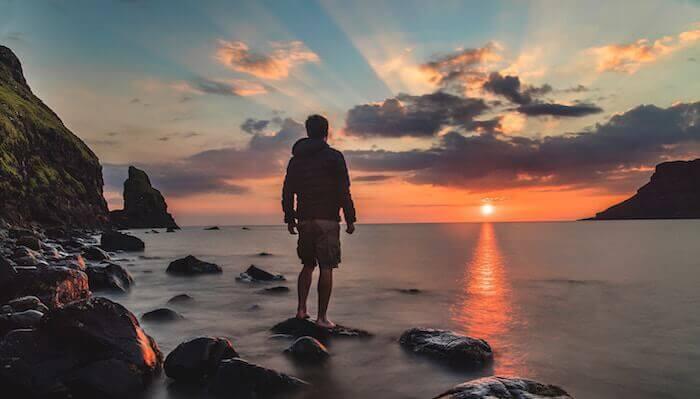 Angst vor der Angst, Mann schaut auf Meer