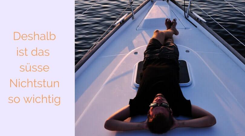 Was hilft gegen Stress, Mann liegt relaxt auf Segelboot