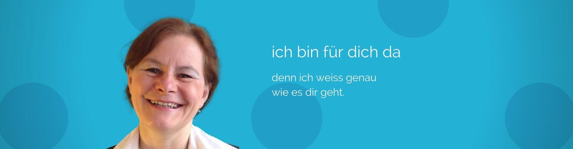 über mich, Monika Albicker lächet vor blauem Hintergrund