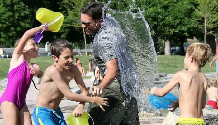 lass es dir gutgehen, Kinder spritzen Mann nass, Riesenspass