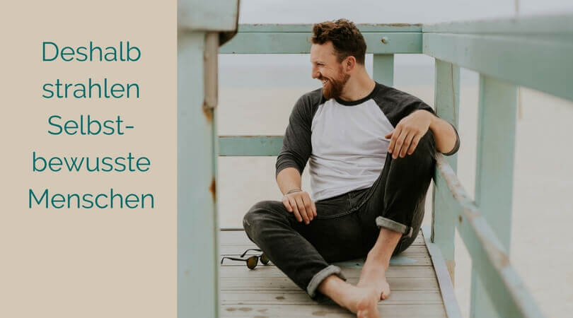 Selbstbewusstsein ausstrahlen, Mann sitzt relaxt und selbstbewusst auf dem Boden
