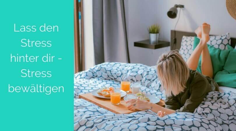 Stress bewältigen, Frau liegt auf Bett mit Frühstückstablett