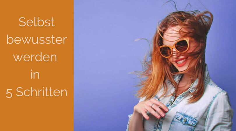 Selbstbewusster werden, Frau rotes wehendes Haar, Sonnenbrille
