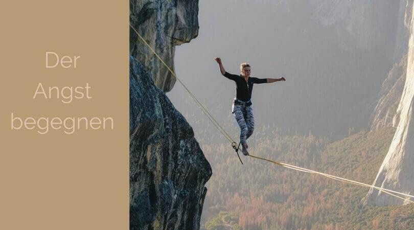 Der Angst begegnen, eine Frau auf einem Seil über einem Abgrund