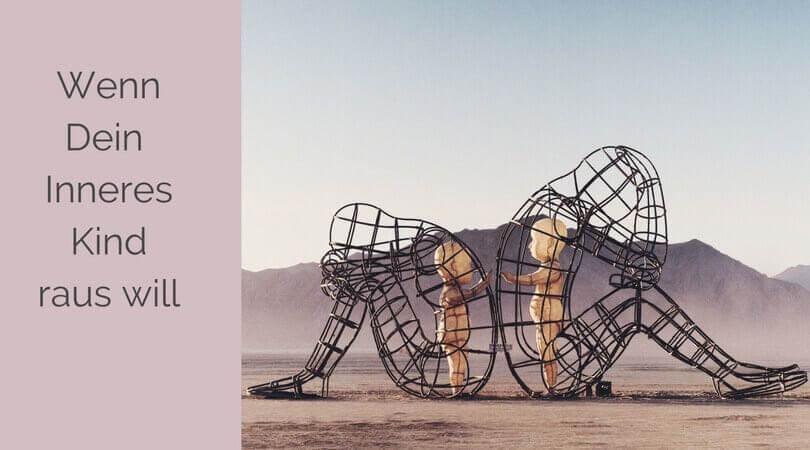 Inneres Kind, 2 Kinder aus Holz in einem Metallgefängnis aus der Gestalt eines Menschen