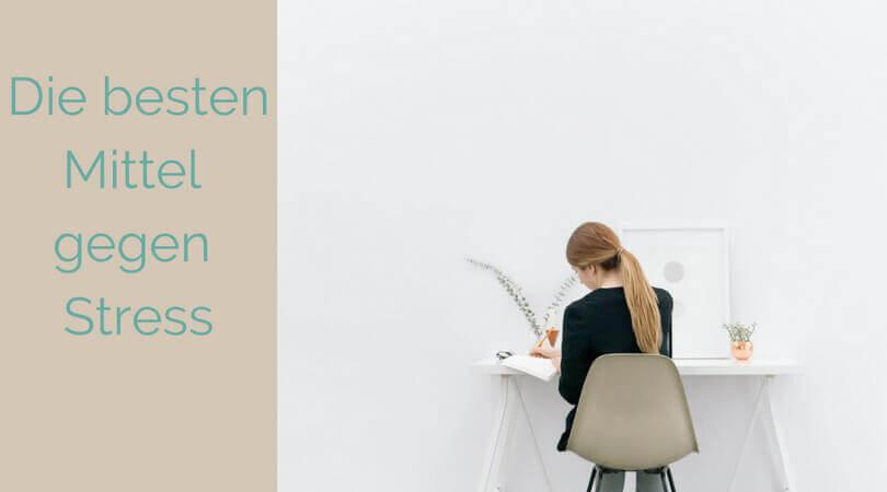 Mittel gegen Stress, Frau sitzt am Schreibtisch