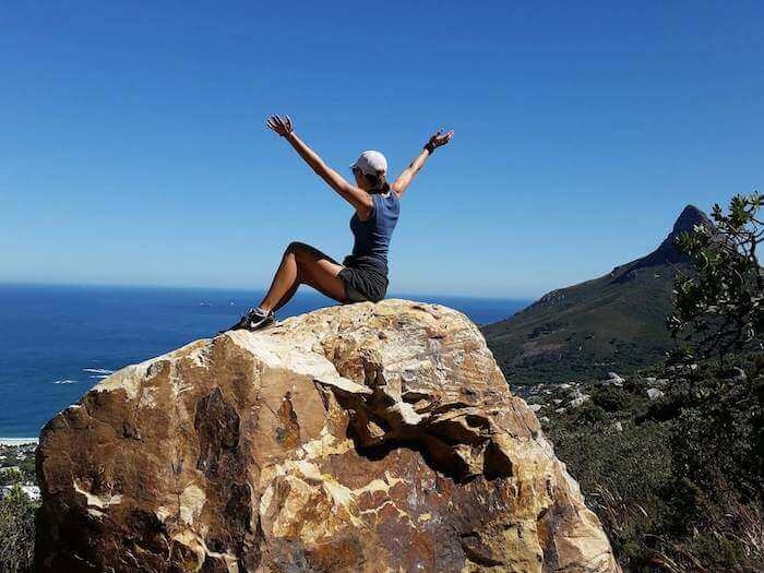 Angstzustände, Frau sitz auf Felsen über dem Meer
